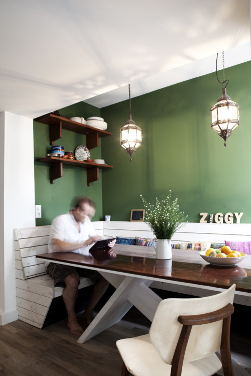 Hoogglans houten eettafel met hoekbank