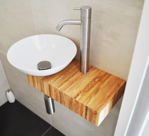 Fonteinkom op olijfhout meubel